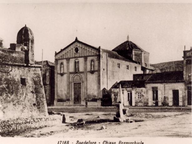 Vecchia foto in bianco e nero della chiesa parrocchiale di spadafora.