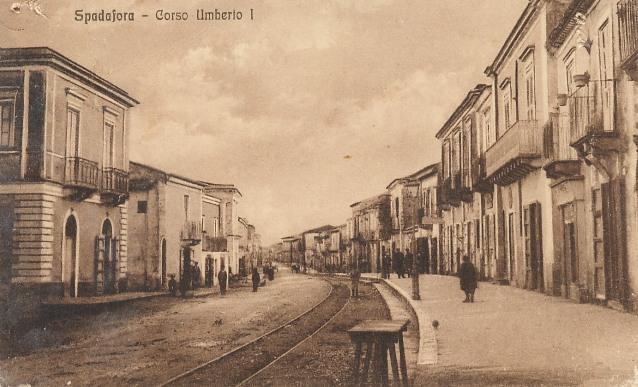Vecchia foto in bianco e nero della strada nazionale - Corso Umberto I