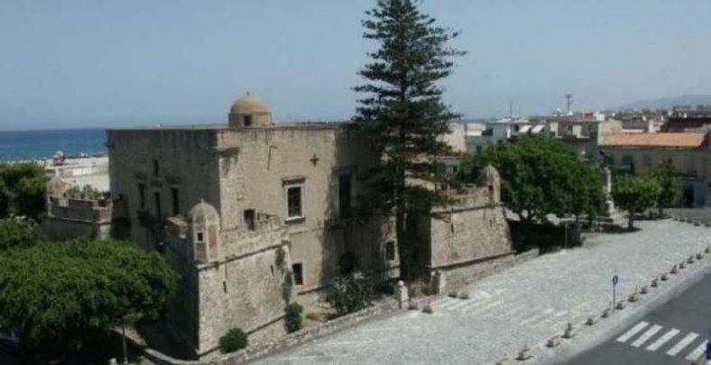Il castello con il piazzale di fronte senza auto
